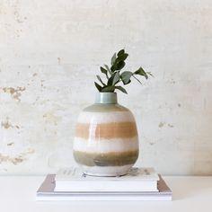 Jarrón Circ | Circ, un nuevo jarrón al que no te vas a poder resistir. Combinado en tres tonos, quedará perfecto en ese rincón tan especial.  #kenayhome #home #jarrón #cerámica #circ #flores #naturales #decoración #elemento #decorativo #hogar #diseño #interior #nordik #design #deco #decor Vase, Inspiration, Home Decor, Interiors, Beige Couch Decor, Dining Table, Home Decorations, Vases, Mesas