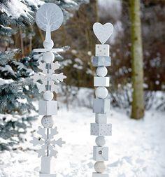 Winter- & weihnachtliche Holzstelen als hübsche Dekorationen zum Basteln und Verschenken Glückswächter, Dekorationen aus Holz, werden aus mehreren ausgesägten Elementen, wie Holz-oder Rebenkugeln, zusammengestellt. Alle Teile der...