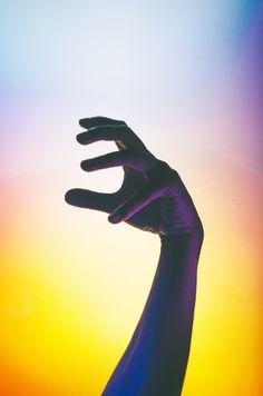 Andre Elliott / Néon / Colors / Calme / Bleu / Photographie / Sensible / Hands / Lights