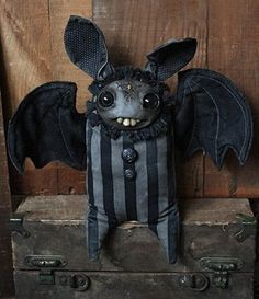 Halloween bat, so cute :) Halloween Doll, Holidays Halloween, Vintage Halloween, Halloween Crafts, Halloween Decorations, Monster Dolls, Voodoo Dolls, Creepy Dolls, Ugly Dolls