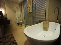 São duas pias, ducha, banheira, e, para completar, vaso sanitário japonês Foto: Mauro Pimentel / Terra