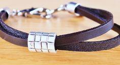 Valódi bőrből készült fekete duplaszálas karkötő, ezüstözött dísszel.  Egyszerű, letisztult, elegáns karkötő.  Tökéletes ajándék férfiaknak, de nők is bátran felvehetik.    Az ezüstszínű minta szabadon mozgatható a karkötőn.  Mérete az átlagosnál kicsit nagyobb (átlagos méret 20-21 cm), ezért nagyobb csuklóra illeszkedik tökéletesen.    Ha az ékszeren bármilyen módosítást szeretne, írjon nekünk emailt!    Az ékszer organza tasakban érkezik, vagy kérhető hozzá díszcsomagolás!    Méret… Bracelets, Leather, Men, Jewelry, Fashion, Moda, Jewlery, Jewerly, Fashion Styles