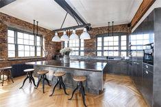 Gli accenti di metallo e di vetro, conferiscono un'atmosfera steampunk a questo loft londinese, situato in un'antica fabbrica di pianoforti. L'appartamento presenta ampi spazi con pannelli in legno, finestre in stile industriale, soffitti alti con travi a vista e pareti rivestite con i classici mattoni rossi. La cucina, in particolare, è un'ode allo stile industriale con il piano di lavoro in cemento, gli sportelli in acciaio spazzolato e i dettagli in ghisa e legno. Automotive Furniture, Automotive Decor, 2 Bedroom Apartment, Bedroom Loft, Modern Furniture, Furniture Design, Handmade Furniture, Steampunk Interior, Loft Design