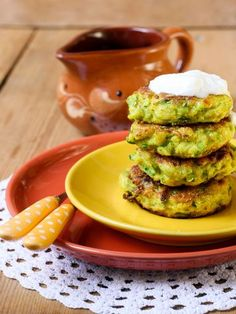Shredded zucchini patties: Recipe of grated zucchini patties - M . Easy Salads, Healthy Salad Recipes, Healthy Breakfast Recipes, Veggie Recipes, Vegetarian Recipes, Easy Meals, Cooking Recipes, Zucchini Patties, Patties Recipe