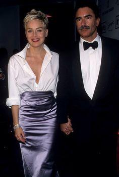 Шерон Стоун в рубашке Gap и юбке Vera Wang, 1998