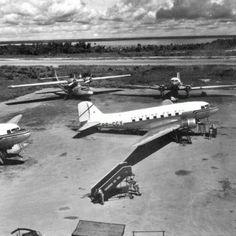 Avião DC-3 pertencente à empresa de aviação Cruzeiro do Sul, estacionado no pátio do Aeroporto Ponta Pelada, em Manaus. Fotografia tirada na década de 1950. Foto: Tibor Jablonsky. Fonte: Manaus Sorriso.