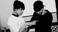 #wattpad #fanfic ¿Who are you? No conocer sobre el Kpop y sobre los idols Sur Coreanos tiene algunas ventajas ¿cuáles? no sé, tal vez puedes tropezarte con ellos algún día, tal vez ser su amiga o volverte su novia ¿quién sabe no? lo que sí sabemos es que les gusta que los trates como alguien normal, es por eso que...