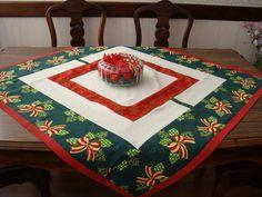 Toalha de Natal em patchwork confeccionada em algodão cru e tecido estampado com motivos natalinos . <br>Pode ser usada como sobre toalha. <br>O tecido natalino poderá não ser igual ao da foto, mas as cores serão mantidas. <br>Medida - 1,06cm X 1,06 cm