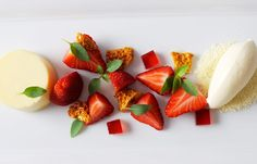 White chocolate panna cotta: Bring 600 g coconut pure to the boil and remove from heat. Add 2 bloomed gelatin leaves and 100 melted white chocolate.