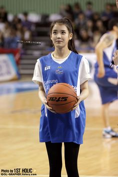 "Photos of Korean pop singer IU – the ""it"" girl at the moment – as special guest at a professional basketball game. Korean Girl, Asian Girl, Korean Star, Korean Actresses, Korean Actors, Samsung Photos, Rap Us, Iu Fashion, Pop Singers"