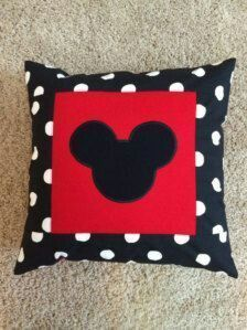 Polka dot and red decorative pillow case. Personalized upon request Mickey Mouse Bedroom, Mickey Mouse Crafts, Mickey Mouse Christmas, Mickey Minnie Mouse, Mickey Mouse Quilt, Disney Home Decor, Disney Diy, Disney Crafts, Sewing Pillows