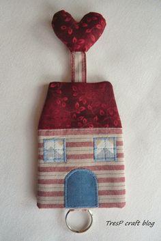 TresP craft blog: FUNDA PARA CUADERNO Y OTRA CASITA LLAVERO Fabric Crafts, Sewing Crafts, Japanese Patchwork, Christmas Calendar, Small Sewing Projects, Key Covers, Diy Purse, Fabric Houses, Handmade Toys