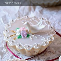 """Questo dolce gioiello si chiama """"Pastissu"""" ed è tipico di Quartu S. Elena (CA) e interland.  Una delicata sfoglia di pasta violada sottilissima racchiude un ripieno di """"pan di spagna"""" alle mandorle, profumato al limone e acqua di fior d'arancio.  Il Pastissu prende nomi diversi a seconda del luogo in cui viene realizzato: famose sono le Copulettas di Ozieri (SS), poi ci sono le Capigliettas di Oristano, le Timpallinas, con l'aggiunta di alkermes, di Borore (NU)""""   Risorsa Sardegna Promozione"""