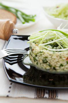 Risotto to klasyczne włoskie danie, którego warto mieć w swoim kulinarnym zanadrzu. Właściwie to nie danie, a raczej sposób na danie. Bo wersji risotto może być nieskończenie wiele. Możemy sięgnąć po prostą...