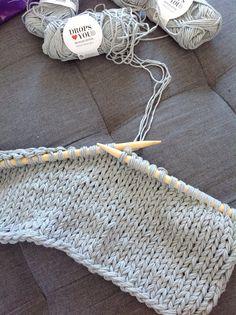 Ikke akkurat hekling, men det går fint å strikke med 4 tråder. Bomull på strikkepinner nr 10. Super gråfarge.