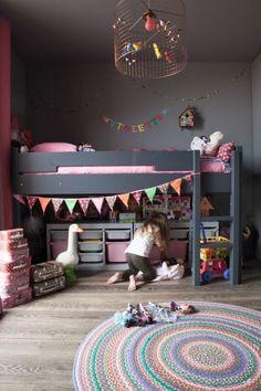 szaro-różowy pokój dla dziewczynki z kolorowymi proporczykami,regałem z pojemnikami z IKEA oraz drucianą lampą z kolorowymi dekoracjami - Lovingit.pl