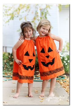 how to make your own Pillowcase Pumpkin Dress - cute halloween costume diy idea - - Sugar Bee Crafts Monster Party, Halloween Pillowcase Dress, Pillowcase Dresses, Costume Halloween, Pumpkin Costume, Holidays Halloween, Halloween Party, Happy Halloween, Halloween Crafts