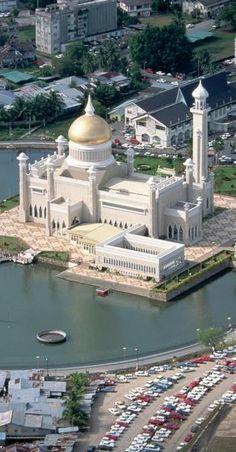 Sultan omar ali saifuddin masjid in Brunei Darussalam explore holy mosques around the worl. Mosque Architecture, Sacred Architecture, Religious Architecture, Architecture Design, Beautiful Mosques, Beautiful Buildings, Beautiful Places, Brunei, Islamic World