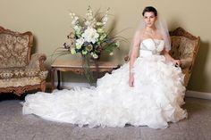Suknia ślubna zdobiona kamieniami, dól spódnicy uszyty z falbanek cena bardzo atrakcyjna dostępna http://www.juliacollection.eu/