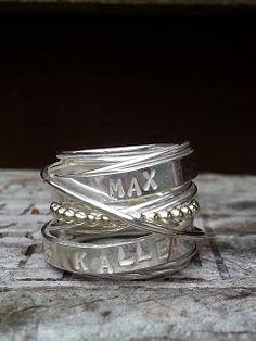 Brede bijzondere ring met namen. Zilver en goud