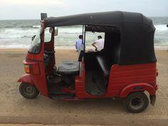 """tuk tuk, tuc tuc o treewheel, medio de trasnporte muy usado en Asia, este esta en  Galle Face Green. Esta foto es en Colombo Sri Lanka, Conoce mas sobre este país en nuestro artículo """"el Gran Viraje: Mi llegada a Sri Lanka"""""""