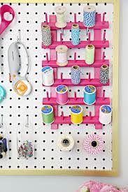 Cosas de coser junto a los rollos de papel de regalo en la mesa abatible-cuadro de 75x75