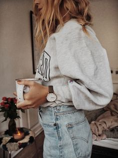 College sweater and jeans - casual looks - casual style Mode Outfits, Jean Outfits, Trendy Outfits, Fashion Outfits, Womens Fashion, Fashion Tips, Travel Outfits, Fashion Hacks, Retro Fashion