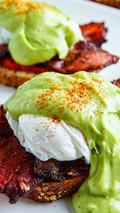 Eggs Benedict with Bacon, Avodaise (Avocado Hollandaise) and Harissa. Different with bacon. I'd definitely grill the bacon. It's a different take on a classic dish that surely no one can't eat. Except those allergic to dairy of course. Avocado Recipes, Egg Recipes, Brunch Recipes, Cooking Recipes, Healthy Recipes, Bacon Avocado, Cooking Eggs, Amish Recipes, Easter Recipes
