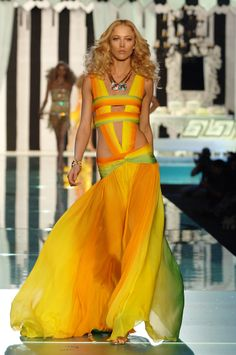 #CavalliArchive - A step back in 2006 with the gorgeous Raquel Zimmermann on the runway for the #RobertoCavalli Spring/Summer collection!