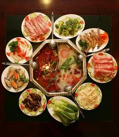 asian hot top (Shabu shabu) - like fondue but with chicken stock \ hot chili oil, and you dipping there meat and vegetabels. and dip them in differrent sauces. great idea of passing the time with friends :)) Chinese Food Menu, Real Chinese Food, Hot Pot, Asian Recipes, Healthy Recipes, Ethnic Recipes, Hot Chili Oil, Shabu Shabu, China Food