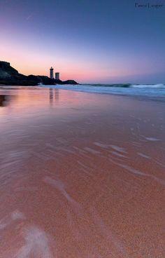 Marée descendante face à la Pointe et au phare du Petit-Minou. Finistère, #Bretagne.