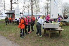 Purjehdus pisteellä oppilaille opetettiin jollan käyttöä ja rohkeimmat pääsivät ohjaajan opastuksella vesille.