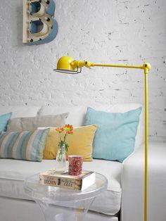 Lámpara de pie amarilla
