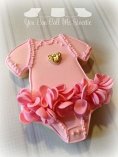 How to Make the Easiest (and Cutest!) Baby Shower Cake - You Can Call Me Sweetie - Torta Baby Shower, Unique Baby Shower Cakes, Girl Shower Cake, Baby Shower Cookies, Baby Shower Cake For Girls, Baby Cakes, Cupcake Cakes, Baby Bump Cakes, Onesie Cookies