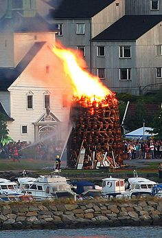 Midsummer Celebration, Bergen, Norway (It says that it happens on the saturday between june and we will be in Denmark on the Maybe we can see something similar in denmark? Trondheim, Stavanger, Bergen, Oslo, Places To Travel, Places To See, Land Of Midnight Sun, Scandinavian Architecture, Visit Norway