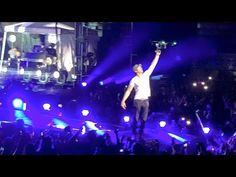 Enrique Iglesias fere os dedos ao tentar pegar drone durante show no México #Show, #Vídeo http://popzone.tv/enrique-iglesias-fere-os-dedos-ao-tentar-pegar-drone-durante-show-no-mexico/