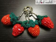 Portachiavi Fragole fatti a mano all'unicnetto. - Keychain crochet handmade strawberriyes