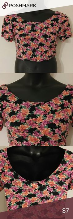 Pretty Floral Crop Top (XL) Top is in good preowned condition. Measurements are 34 inches bust and 16 inches in length. If you have any questions, please don't hesitate to contact me. Thanks! Bethany Mota Tops Crop Tops