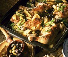 Mmmhhmmm...wie das duftet! Kräuter-Hähnchen mit Oliven und Lauchzwiebeln | http://eatsmarter.de/rezepte/kraeuter-haehnchen-mit-oliven-und-lauchzwiebeln