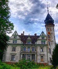Pałac w Kruszewie.  Wybudowany w XVIII wieku przez rodzinę Świnarskich.Po wojnie pałac został zaadaptowany dla ośrodka zdrowia, później na dom dziecka, sanatorium, a od 1960 roku funkcjonował jako szpital ftyzjatryczny. W 1995 roku pałac powrócił do ostatnich przedwojennych właścicieli - zgromadzenia zakonnego Misionarzy Świętej Rodziny (MSF), który otworzył w nim Nowicjat. W 1998 roku obiekt został sprzedany przez zakon prywatniej firmie. Obecnie wystawiony jest na sprzedaż.