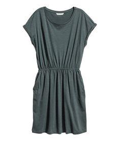Teal melange. Short-sleeved dress in slub jersey with elasticized waistband and side pockets.
