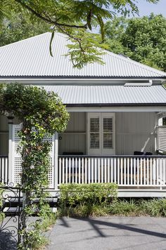Breathing life into a charming Federation Queenslander - Cedar & Suede Exterior Paint Colors, Exterior House Colors, Exterior Design, Paint Colours, Queenslander House, Weatherboard House, Up House, House Front, Town House