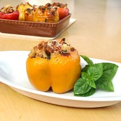 Η ναπολιτάνικη μαγειρική φαντασία στο πιάτο. Κόκκινες και κίτρινες πιπεριές γεμιστές με ζυμαρικά - στη συνταγή με κοφτό μακαρόνι - λαχανικά και μυρωδικά. Pasta, Fruit, Food, Essen, Noodles, Yemek, Ranch Pasta, Meals