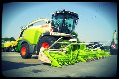 A nice Forage harvester from Claas . Combine Harvester, Antique Tractors, Heavy Machinery, Case Ih, Down On The Farm, Farm Life, Wallpaper, Vehicles, Horse Farms