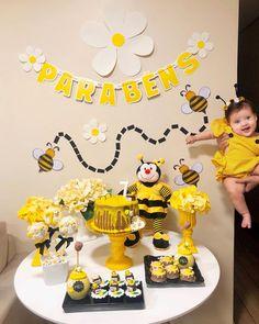 Nenhuma descrição de foto disponível. Kids Birthday Themes, Diy Birthday Decorations, Baby First Birthday, Birthday Diy, First Birthday Parties, First Birthdays, Bee Party, Bday Girl, Baby Party