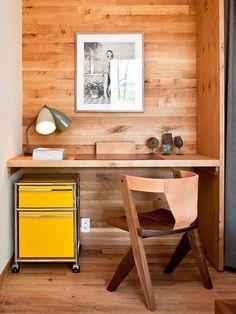 revestimento e mobiliário de madeira em home office