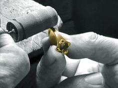 Un joaillier des Atelier du Palais confectionant un bijou