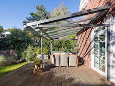 Mit einer Terrassenüberdachung oder einem Glashaus genießen Sie den Garten das ganze Jahr. Erleben Sie grenzenloses Freiluftvergnügen.