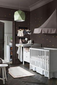 Lit bébé Sundvik, avec 2 hauteurs possibles pour le couchage, barreaux amovibles d'un côté lorsque bébé est plus grand, couchage 60 x 120 cm, L 125 x l 67 x H 85 cm, 99 euros, Ikea.