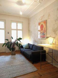 Schlichte Wohnzimmer-Einrichtung mit Stil: grauer Teppich, Kunstdruck und indirekte Beleuchtung. #Berlin #Wohnzimmer